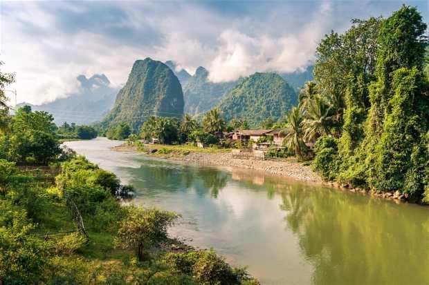 Karst mountains along the Nam Song, Vang Vieng © WorldWide Shutterstock